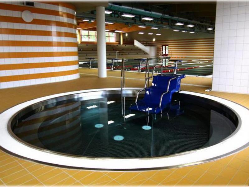 Výstavba krytého plaveckého bazénu, lávky a parkoviště