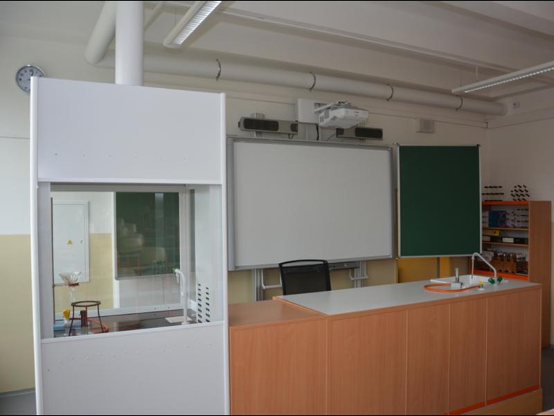 ZŠ Karlovy Vary Poštovní 19 – Příroda mého okolí (učebna chemie a kabinet včetně schodišťové plošiny)